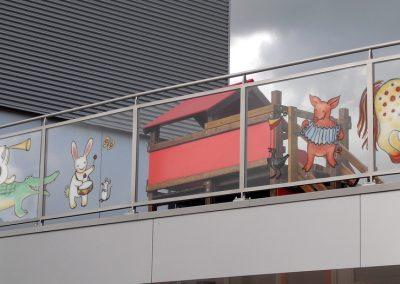 Illustraties gebrand in glas bij school in Oldenzaal
